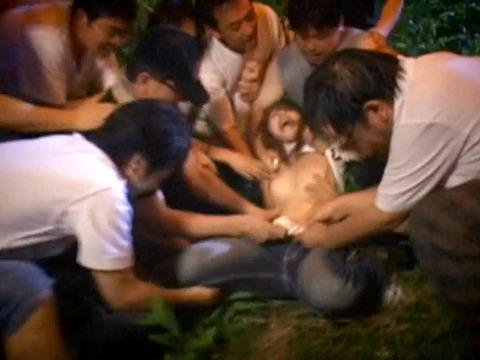 木に縛り付けられ野外で集団に拷問SMされる女257_15