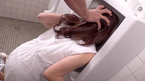 高梨りの トイレで凌辱 裸で便器舐め 女 画像09