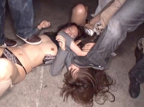 星崎アンリ ビンタ 踏みつけ 残虐 集団強姦される女のAVエロ画像 17