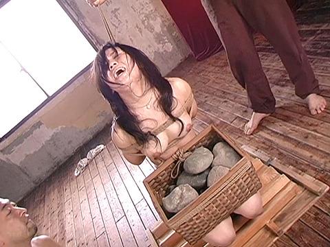 平原亜希 SM拷問 ビンタ 三角すのこ石抱き責め 首吊り 20