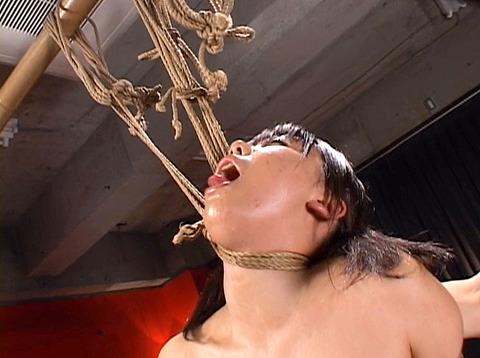 沢井真帆 SM調教 強制露出と首吊り鞭打ちAV画像10