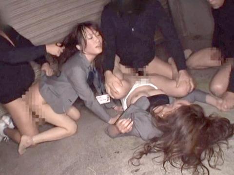 星崎アンリ ビンタ 踏みつけ 残虐 集団強姦される女のAVエロ画像 33