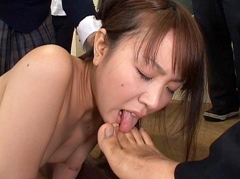 集団虐めで便器を舐めさせられる女258_22