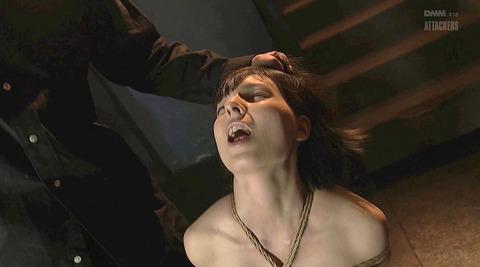 西田カリナ 逆さ吊りで鞭打たれて足を舐めるSM調教画像 06