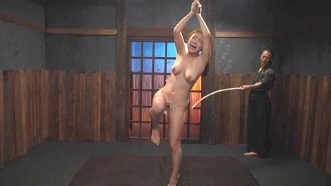 鶴田かな 一本鞭 強制飲尿 拷問SM調教エロAV画像 36