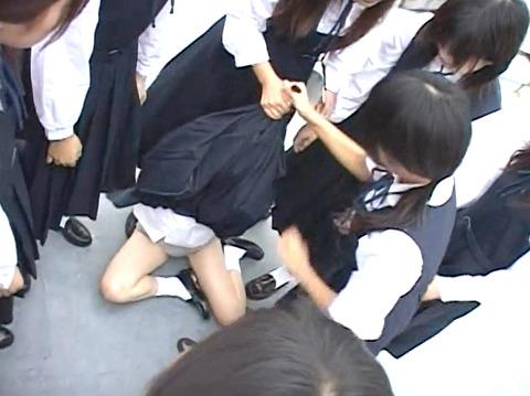 長谷川さやか 残酷な女同士の集団いじめ 集団レズリンチ 画像 09