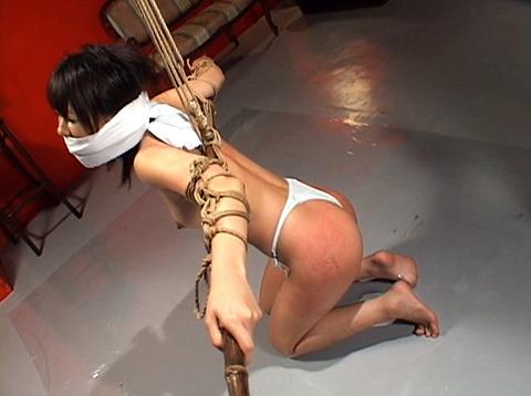 沢井真帆 SM調教 強制露出と首吊り鞭打ちAV画像19