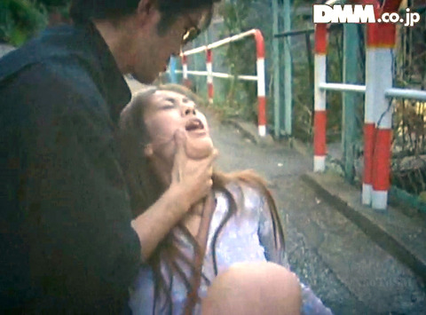 高瀬りな 街中でビンタされて 一本鞭で調教される女の画像 09