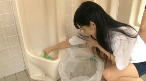 男子便所を素手で掃除する女の画像223