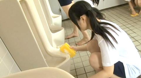便器を舐める女のAV画像 om225