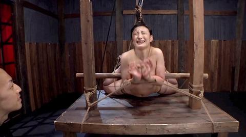 髪の毛を引っ張り上げられ SM拷問 一本鞭画像 神納花32