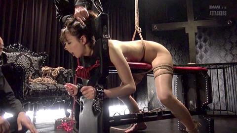 西田カリナ ビンタ 強烈鞭打ち 強制SM調教される女のエロAV画像 46