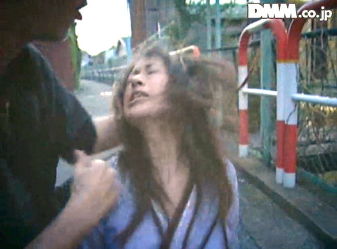 高瀬りな 街中でビンタされて 一本鞭で調教される女の画像 07