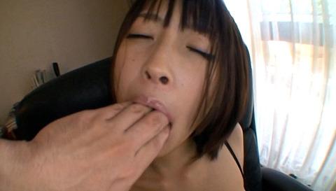小倉ゆず 足を舐めフェラさせられて玩具にされる女の画像 31