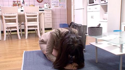 水嶋アリス 土下座して謝り服従する女のエロAV画像2
