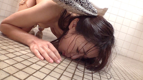 高梨りの トイレで凌辱 裸で便器舐め 女 画像33