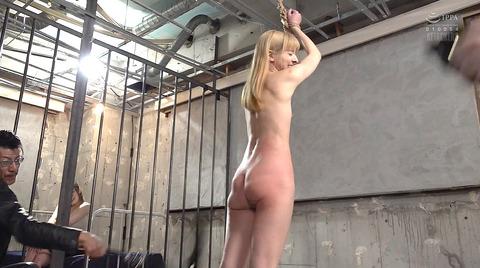 西田カリナ 強烈鞭打ち調教 足舐め 排泄管理される女AVエロ画像 129