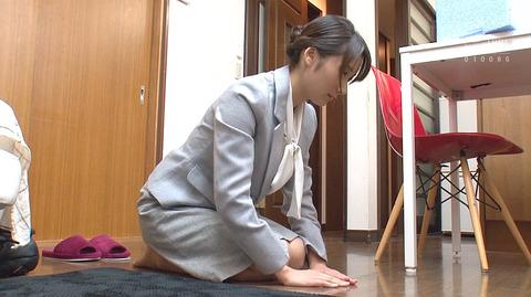 葵千恵 土下座謝罪するOL女の画像2