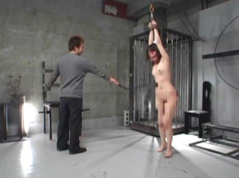 一本鞭でメッタ打ち、三角すのこに座らされる拷問SM調教画像 za5_02
