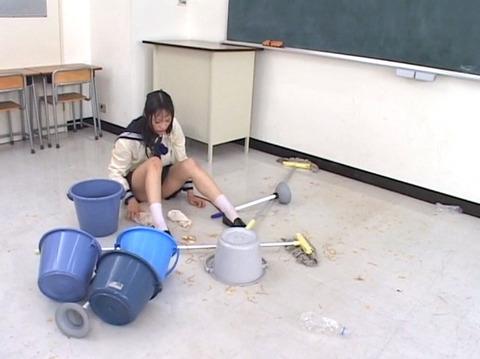 学校の集団虐め 集団リンチ AV画像 椎名りく16