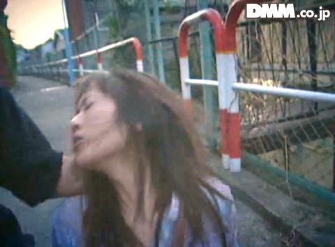 高瀬りな 街中でビンタされて 一本鞭で調教される女の画像 08