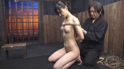 星川麻紀 一本鞭乱打責め 強制飲尿 SM調教される女のAV画像 05