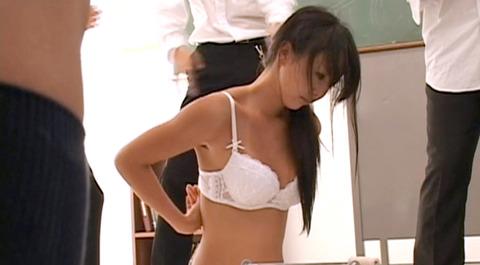 葉山潤子 集団虐め 集団リンチを受ける女03