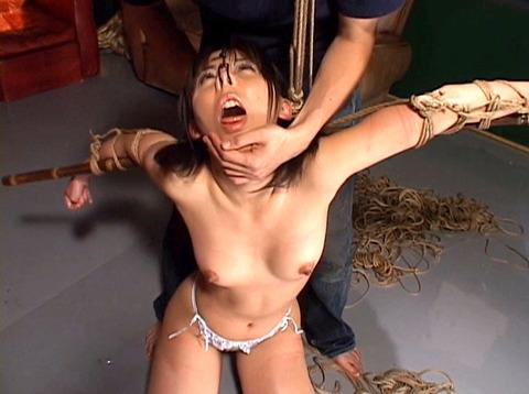 沢井真帆 SM調教 強制露出と首吊り鞭打ちAV画像14
