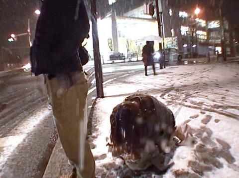 大槻ひびき、雪降る中街中の街頭で土下座する女の画像i07