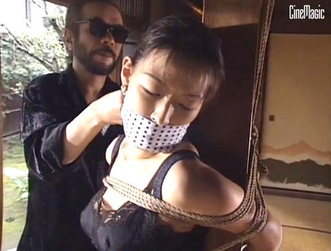 篠原真女 縛られて 鞭打たれ 汗だくでSM調教を受ける女の画像 08