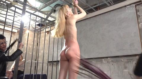 西田カリナ 強烈鞭打ち調教 足舐め 排泄管理される女AVエロ画像 132