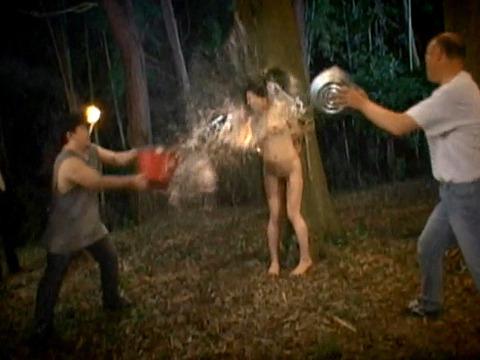木に縛り付けられ野外で集団に拷問SMされる女257_07