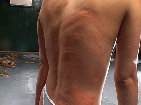 沢井真帆 SM調教 強制露出と首吊り鞭打ちAV画像23