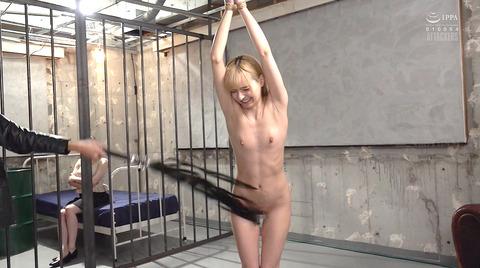 西田カリナ 強烈鞭打ち調教 足舐め 排泄管理される女AVエロ画像 117