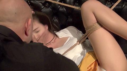 西田カリナ ビンタ 強烈鞭打ち 強制SM調教される女のエロAV画像 27