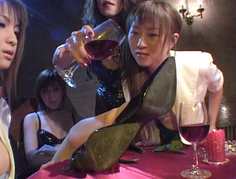 za8_4 レズSM SM飲み会 SMパーティ 惨めなマゾ女 のAV画像