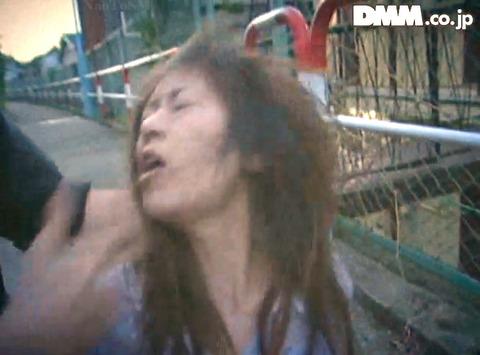 高瀬りな 街中でビンタされて 一本鞭で調教される女の画像 03