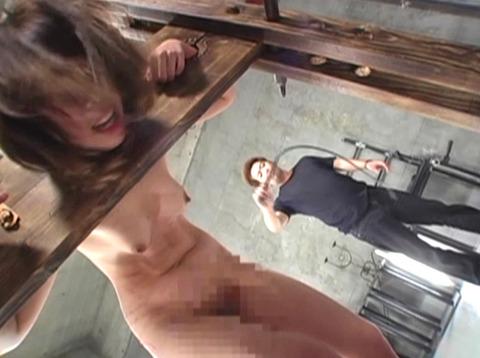 一本鞭でメッタ打ち、三角すのこに座らされる拷問SM調教画像 za5_14