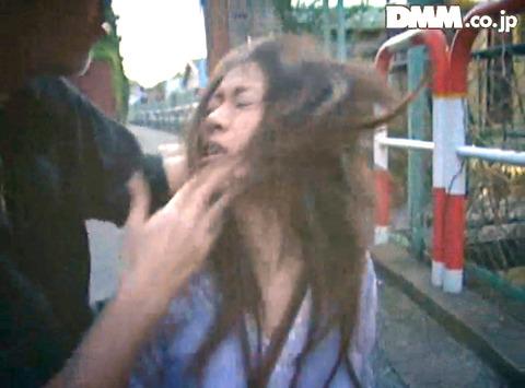 高瀬りな 街中でビンタされて 一本鞭で調教される女の画像 02