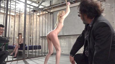 西田カリナ 強烈鞭打ち調教 足舐め 排泄管理される女AVエロ画像 144