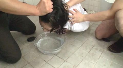 阿部乃みく 便所でフェラ調教 ビンタ水責めされる女のエロAV画像 100