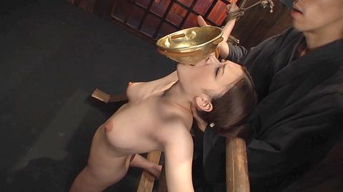 鶴田かな 一本鞭 強制飲尿 拷問SM調教エロAV画像 01