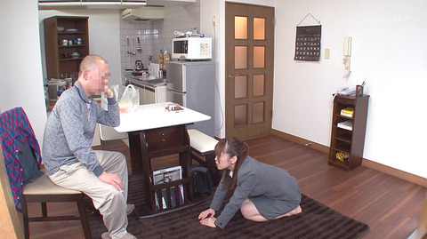 篠田ゆう 土下座して謝るエロビデオ画像 異物人参挿入画像3