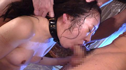 加賀美さら 惨めSM奴隷調教 踏まれてビンタされる女のAVエロ画像 75