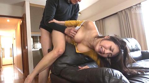 榎本美咲 襲われて逃げ惑う女のエロ画像11