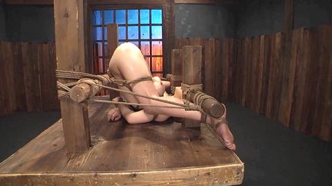 鶴田かな 一本鞭 強制飲尿 拷問SM調教エロAV画像 13