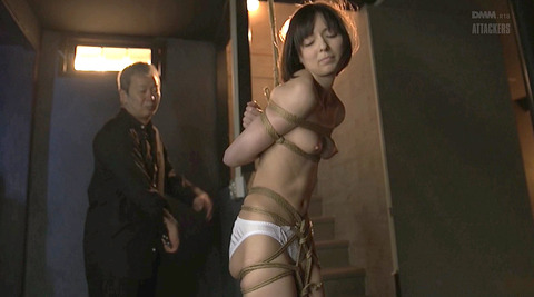 西田カリナ 逆さ吊りで鞭打たれて足を舐めるSM調教画像 12