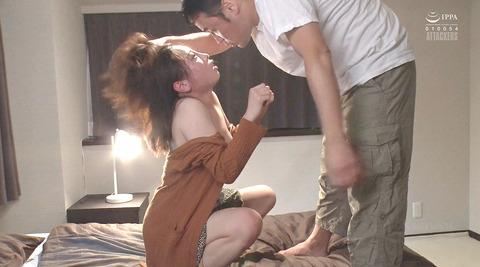 松ゆきの_踏み付けレイプ飲尿強要ビンタ暴行される女AVエロ画像251