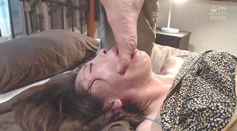松ゆきの_踏み付けレイプ飲尿強要ビンタ暴行される女AVエロ画像262
