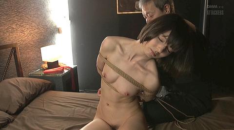 西田カリナ 逆さ吊りで鞭打たれて足を舐めるSM調教画像 02
